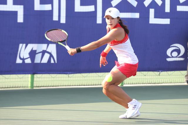 한나래가 지난해 11월 15일 충남 천안 종합운동장에서 열린 제 75회 테니스선수권대회 여자 단식 경기를 진행하고 있다. 대한테니스협회 제공