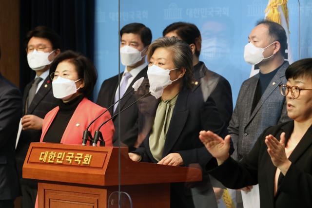 양이원영(가운데) 더불어민주당 의원이 13일 국회 소통관에서 열린 월성원전 비계획적 방사성물질 누출 사건 공동 기자회견에서 발언하고 있다. 뉴스1