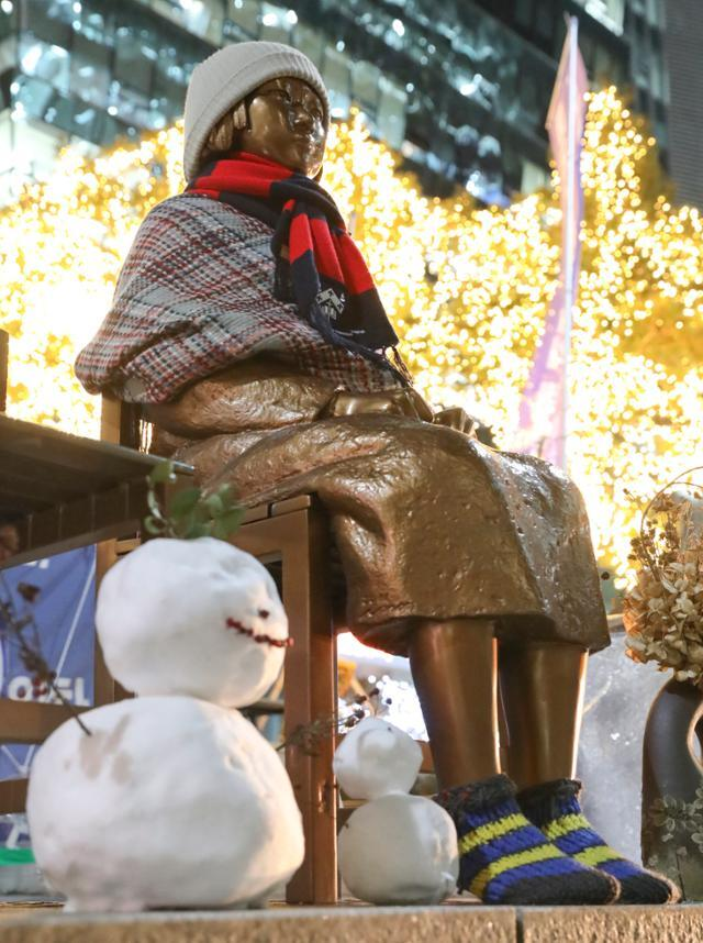 일본군 위안부 피해자들이 일본 정부를 상대로 한국 법원에 낸 손해배상청구 소송 1심에서 승소한 8일 서울 종로구 옛 일본대사관 앞 소녀상에 눈사람이 놓여져 있다. 뉴시스