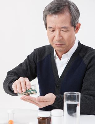 하루에 네 다섯 종류 이상의 약을 복용하는 노인이라면 약으로 인한 부작용을 조심해야 한다./클립아트코리아