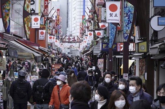 8일부터 일본 도쿄에 긴급사태가 선언된 가운데 11일 시민들이 도쿄 우에노 상점가를 지나고 있다. [AP=연합뉴스]
