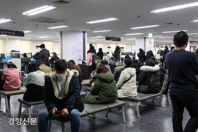 시민들이 13일 서울 마포구 서부고용복지센터에서 실업급여 상담을 기다리고 있다. 이준헌 기자 ifwedont@kyunghyang.com