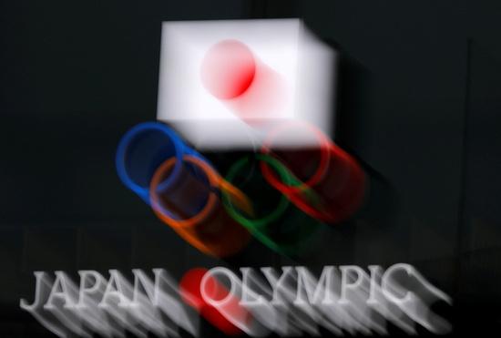 지난 8일 일본 도쿄 올림픽박물관에 새겨진 오륜기와 일장기가 흐릿하게 보인다. 최근 일본 내에서는 오는 7월 개막이 예정된 도쿄올림픽 개최에 대한 부정적 여론이 증가하고 있다. /사진=로이터