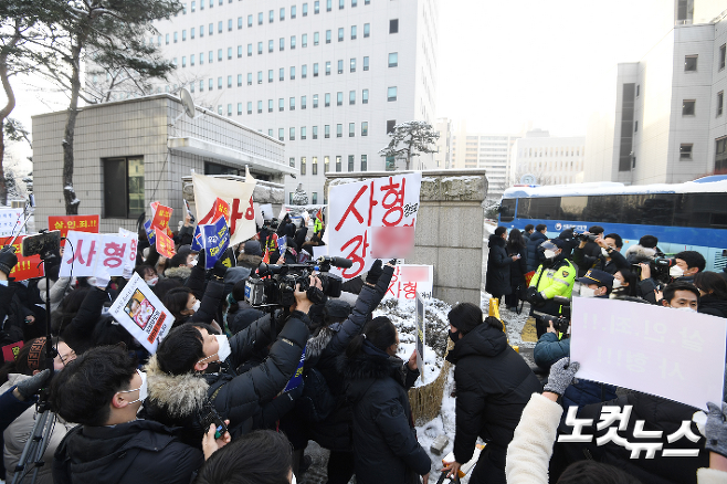 16개월 정인양을 지속적으로 학대해 사망에 이르게 한 혐의를 받는 양부모의 첫 재판이 열린 13일 서울 양천구 남부지방법원 정문에서 시민들이 양부모에 대한 살인죄 적용을 촉구하고 있다. 박종민 기자