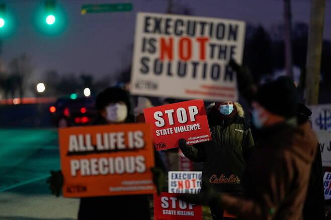12일(현지시간)미국 인디애나주 테러호트의 연방 교도소 앞에서 리사 몽고메리의 사형 집행을 반대하는 시위가 열리고 있다. 테러호트=로이터연합뉴스