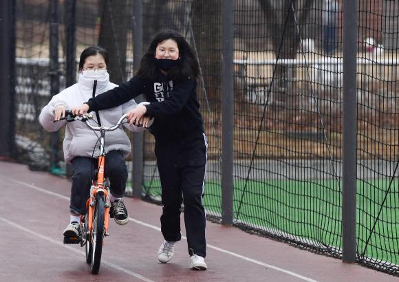 자전거 과외 - 아직 자전거를 못 타는 친구를 위한 일대일 과외가 동네 공원에서 열렸습니다. 코로나19로 학교는 못 가고 친구는 보고 싶고. 사실 자전거는 친구를 만나기 위한 핑계라고 하네요. 포근한 봄에는 마스크를 벗고 함께 신나게 자전거를 탈 수 있기를 꿈꿔 봅니다. 박윤슬 기자 seul@seoul.co.kr