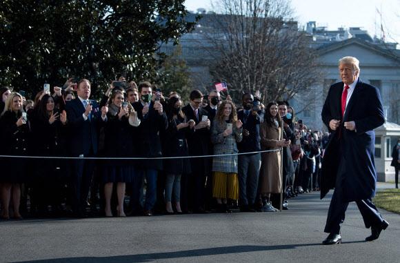 지자자들 옆을 지나는 트럼프 미국 대통령 - 도널드 트럼프 미국 대통령이 12일(현지시간) 텍사스주로 떠나기 위해 백악관 밖으로 나온 뒤 지지자들 옆을 지나가고 있다. 2021.1.13 AFP 연합뉴스