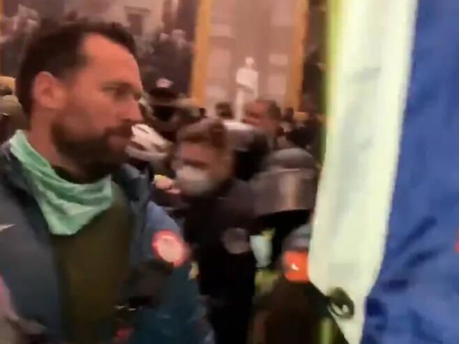 미국 올림픽 수영 금메달리스트 켈러가 연방 의회 의사당에 난입한 폭력 시위에 가담한 장면이 포착됐다. TMZ 캡처