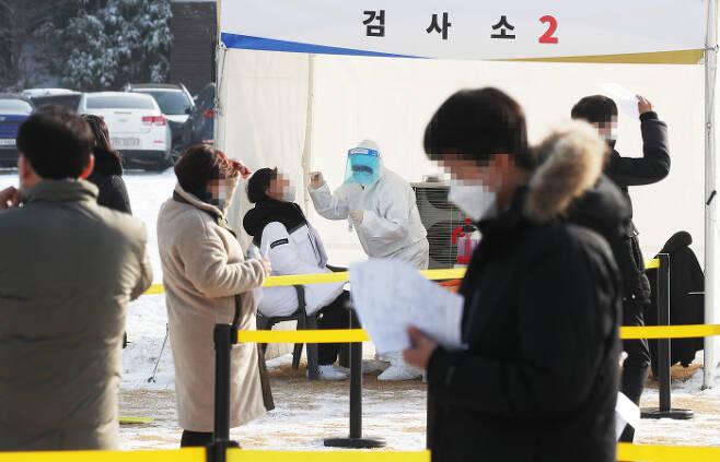 13일 경기도 수원시 경기도청에서 직원들이 코로나19 검사를 받고 있다. 연합뉴스