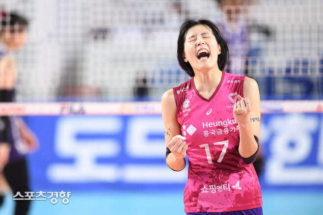 흥국생명 이재영이 13일 김천실내체육관에서 열린 프로배구 V리그 여자부 한국도로공사와의 경기에서 득점한 후 환호하고 있다. KOVO 제공
