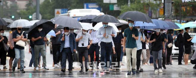 역대 최장 장마를 기록한 지난해 여름 서울 광화문네거리에서 우산을 쓴 시민들이 출근 발걸음을 서두르고 있다. [사진=이데일리 방인권 기자]