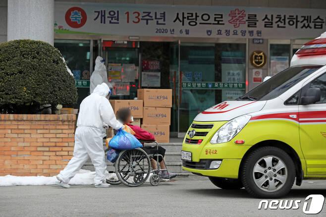 지난 3일 오후 광주 광산구 효정요양병원에서 방역당국 관계자들이 코로나19 확진자를 이송하고 있다.2021.1.3/뉴스1 © News1