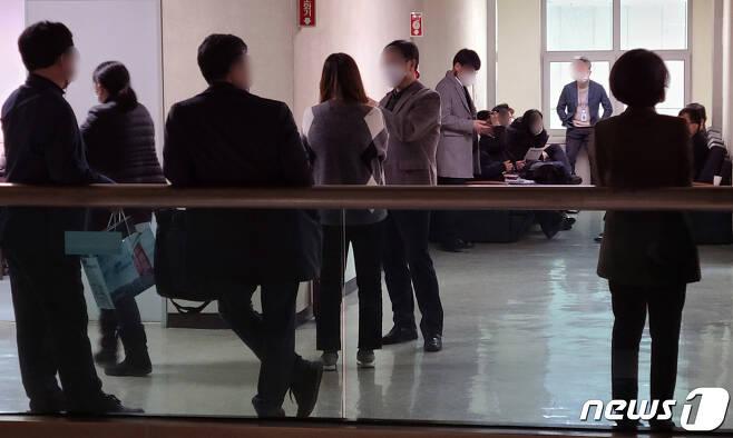 부천시청 공무원들이 업무보고를 위해 좁은 공간에 모여 대기하고 있다. /© 뉴스1
