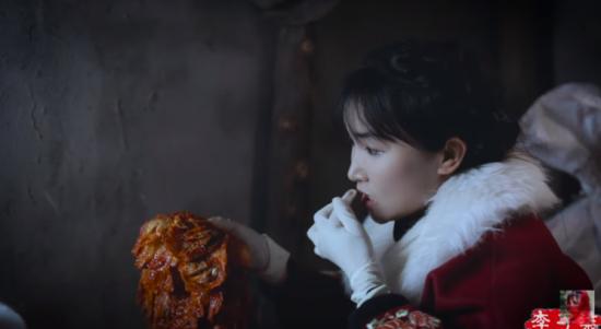 중국의 유명 유튜버가 김장하는 동영상을 올리고는 '중국 음식'으로 소개해 논란이 되고 있다. [이미지출처 = 유튜브 채널 '李子柒 Liziqi' 캡처]