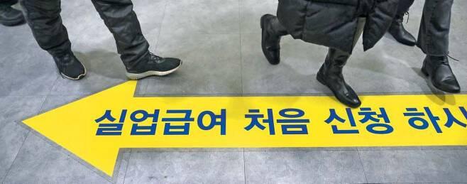 IMF 이후 최악 고용쇼크… 실업급여 신청, 무거운 발걸음 - 코로나로 지난해 21만8000개의 일자리가 사라졌다. 외환위기 직격탄을 맞은 1998년 이후 22년 만에 찾아온 최악의 취업 한파다. 올해도 구직난은 '현재진행형'이다. 13일 서울 마포구 서울서부고용복지플러스센터에 실업급여를 신청하려는 발걸음이 이어지고 있다. /뉴시스
