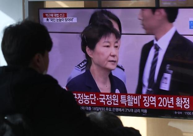 14일 오전 서울역 대합실에서 시민들이 박근혜 전 대통령에 대한징역 20년을 확정한 대법원 재상고심 선고 공판 TV방송을 시청하고 있다. /뉴시스