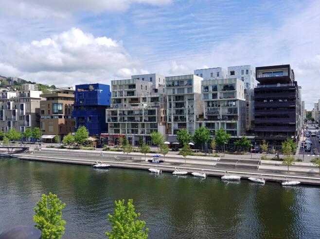 프랑스 리옹 강변에 위치한 사회주택들. 프랑스 사회주택은 도시계획상 좋은 위치에 자리잡고, 도시계획제도의 예외를 적용하는 특권을 누리기도 한다.  또 수준 높은 디자인을 정책적으로 유도한다. ⓒ최민아