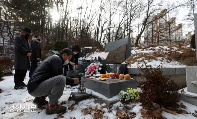 열사의 형 박종부씨를 비롯한 유가족들이 열사와 열사의 묘에서 향을 피우고 있다. / 권도현 기자