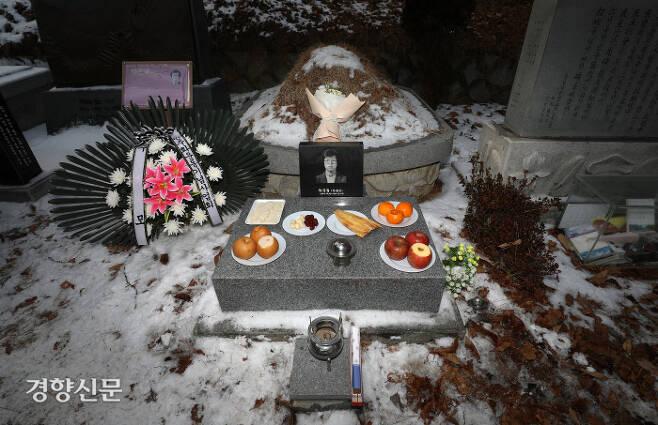 박종철 열사 사망 34주기인 14일 오후 경기 남양주시 마석 모란공원 민족민주열사 묘지에 안장된 열사의 묘. / 권도현 기자