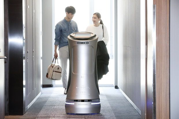 KT가 노보텔 앰배서더 동대문에 선보인 AI 호텔로봇. KT제공