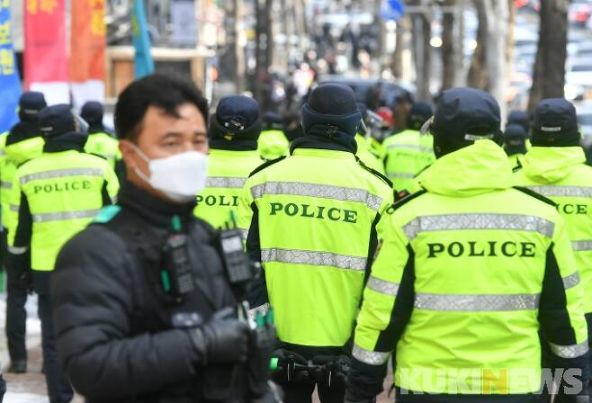 ▲경찰은 이날 대법원 인근에 만일의 사태에 대비해 병력을 배치했다. 박태현 기자
