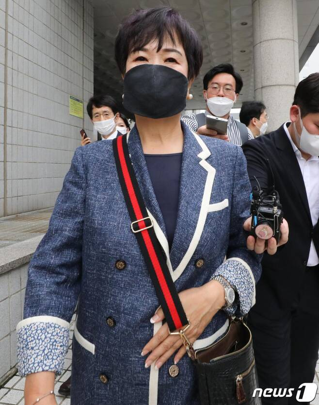 전남 목포 부동산 투기 혐의로 재판에 넘겨진 손혜원 전 국회의원이 지난해 8월 12일 서울 양천구 남부지법에서 열린 1심 선고공판을 마친 뒤 법정을 나서고 있다. /사진=뉴스1