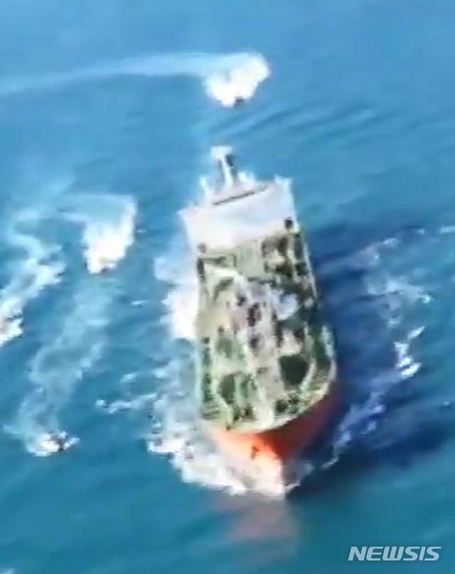 [서울=뉴시스]아랍에미리트(UAE)를 향하던 한국 유조선 '한국케미호'(9797t)가 지난 4일 이란 혁명수비대에 나포됐다. 사진은 이란 국영 방송 IRIB가 공개한 현장 모습. 2021.01.05. (사진=IRIB 캡쳐) photo@newsis.com