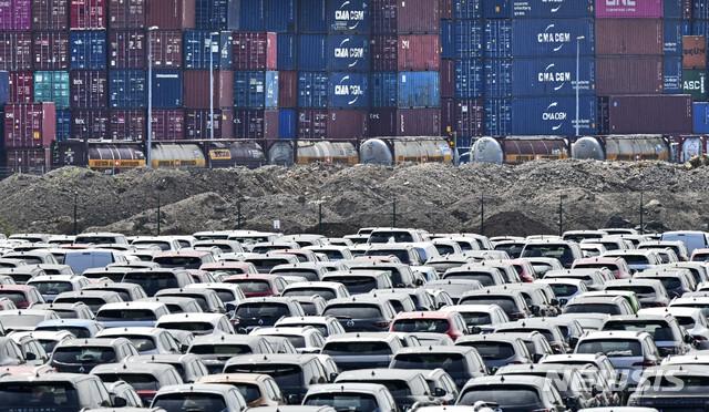 [AP/뉴시스]  2020년 6월 독일 듀스부르크 물류 항구에 신차들이 야적되어 있다