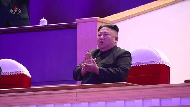 북한 조선중앙TV는 14일 김정은 국무위원장이 전날 평양체육관에서 열린 8차 당대회 기념 공연 '당을 노래하노라'를 관람했다고 보도했다. 조선중앙TV 화면=연합뉴스