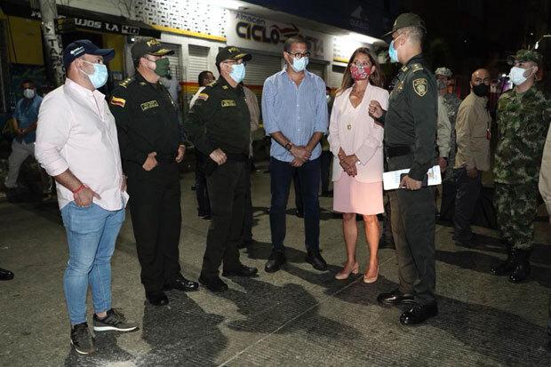"""현장을 방문한 마르따 루시아 라미레스 콜롬비아 부통령(오른쪽 두 번째)은 """"강탈을 일삼으며 지역 경제를 위협하는 폭력 조직을 반드시 해체할 것""""이라고 선언했다./사진=라미레스 부통령 트위터"""