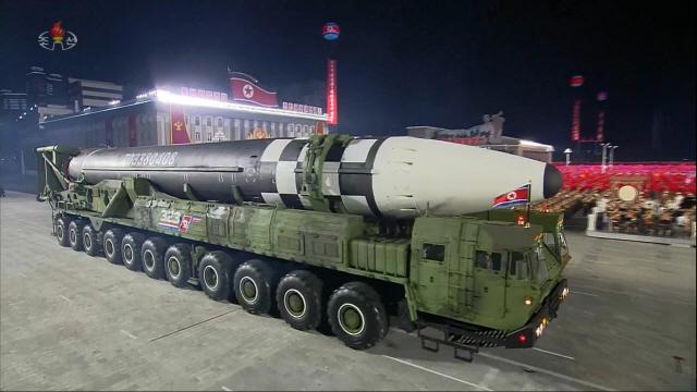 북한이 지난해 10월10일 노동당 창건 75주년 기념 열병식에서 공개한 미 본토를 겨냥할 수 있는 신형 대륙간탄도미사일(ICBM). /연합뉴스
