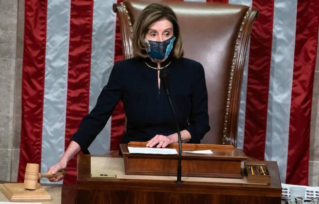 1월13일(현지 시각) 도널드 트럼프 대통령에 대한 내란선동 혐의로 탄핵소추안을 가결 선포하는 낸시 펠로시 민주당 의장 ⓒ AFP 연합