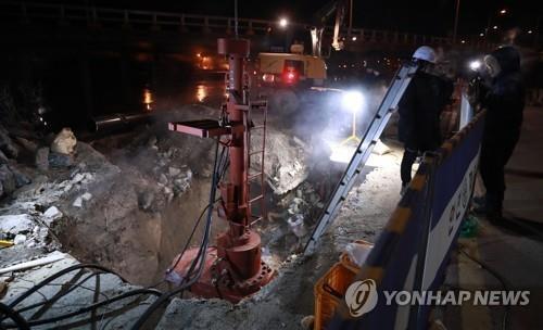 수도관 동파사고 복구하는 현장 [연합뉴스 자료사진]