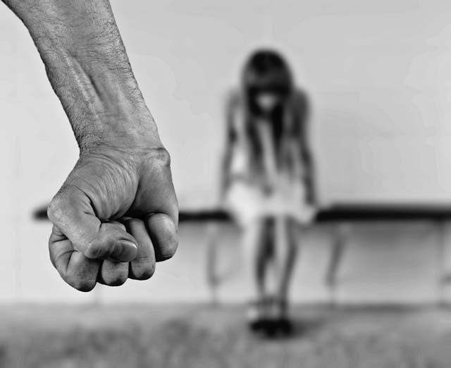 16일 <더팩트> 취재 결과 이복 오빠가 두 살짜리 여동생에게 성범죄를 저지른 혐의로 1심에서 징역 4년을 받은 사건과 관련, 피해 아이와 그 어머니가 집에서 쫓겨난 것으로 확인됐다. /픽사베이