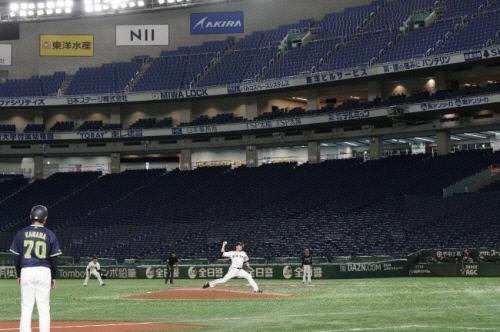 지난 3월 일본 프로야구 요미우리-야쿠르트의 시범경기가 무관중 경기로 열리고 있다. 도쿄   EPA 연합뉴스