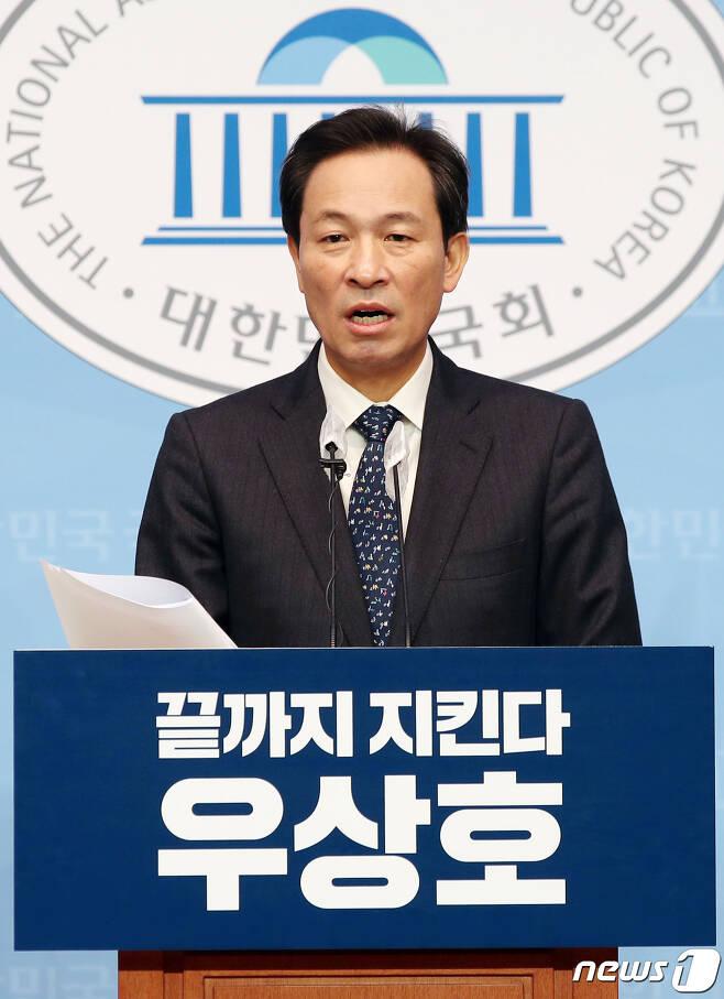 """4·7 서울시장 보궐선거에 출마한 우상호 더불어민주당 의원이 17일 오전 서울 여의도 국회 소통관에서 2030 그린서울 프로젝트 공기 질 개선 정책을 발표하고 있다. 우 의원은 """"민주당에서 저 혼자 10대 1로 싸우고 있다""""며 """"이번 서울시장 선거가 우상호-나경원-안철수의 3파전으로 좁혀지지 않겠나 예측한다""""고 말했다. 2021.1.17/뉴스1 © News1 신웅수 기자"""