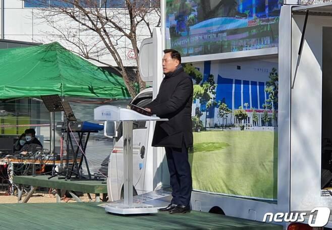 17일 오전 11시 손현보 세계로교회 목사가 잔디 광장에서 대면예배를 진행하고 있다.  / 사진=뉴스1