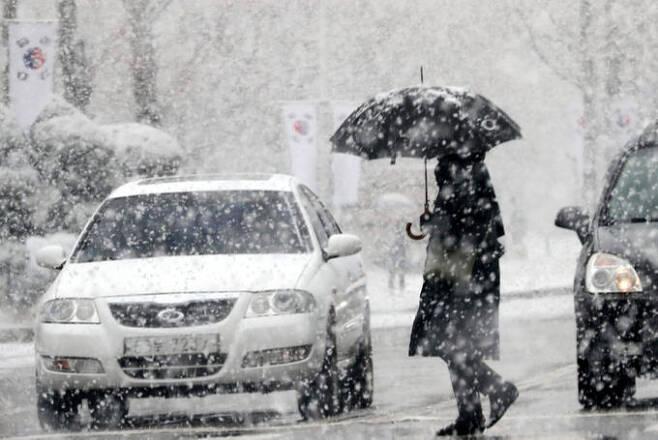18일 오전 대전 서구에서 눈이 내리는 가운데 한 시민이 발길을 재촉하고 있다. 대전=뉴스1