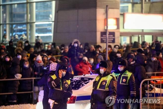 (타스=연합뉴스) 17일(현지시간) 나발니가 도착할 예정이던 모스크바 남쪽 브누코보 공항에 모인 그의 지지자들과 이들을 제어하는 현지 경찰.
