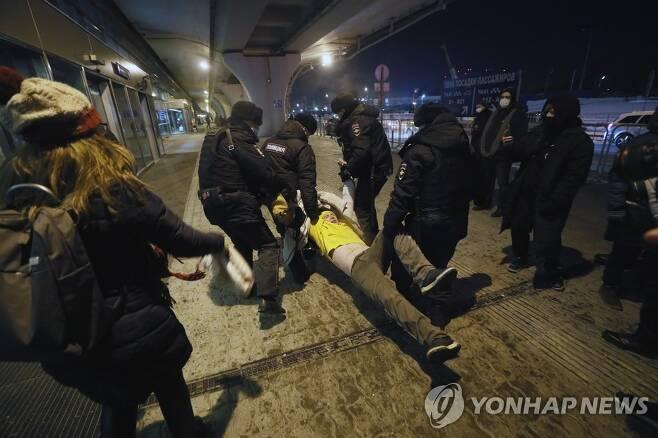 '푸탄 정적' 나발니 지지자 체포하는 러시아 경찰 (모스크바 EPA=연합뉴스) 러시아 모스크바 브누쿠보 국제공항에서 17일(현지시간) 경찰이 블라디미르 푸틴 대통령의 '정적'으로 귀국행 비행기에 오른 알렉세이 나발니의 지지자를 체포하고 있다. 나발니가 탄 여객기는 이날 브누쿠보 공항에 도착할 예정이었으나 착륙 직전 항로를 바꿔 세레메티예보 공항에 내렸다. 독극물 공격을 받고 독일 베를린에서 치료를 받다가 약 5개월 만에 귀국한 나발니는 공항 도착 즉시 경찰에 체포됐다. sungok@yna.co.kr
