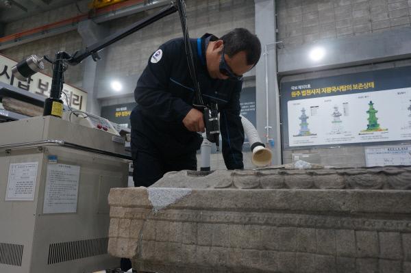 지광국사탑 보존 처리 과정에서 레이저를 이물질을 제거하는 모습. 문화재청 제공.