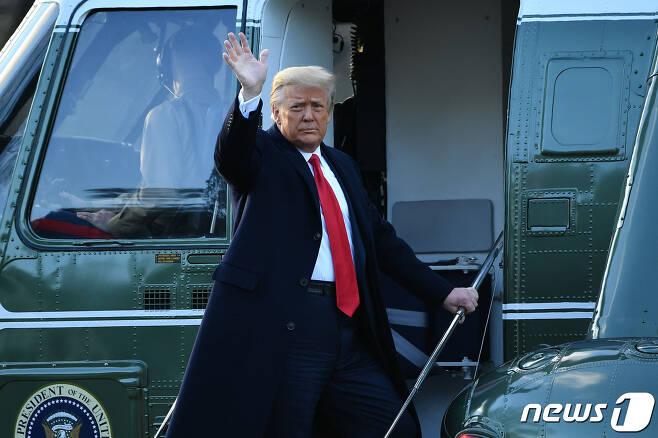 도널드 트럼프 미국 대통령이 20일(현지시간) 조 바이든 대통령 당선인의 취임식에 불참한 채 플로리다로 가기 위해 워싱턴 백악관에서 전용헬기를 타고 있다. © AFP=뉴스1 © News1 우동명 기자