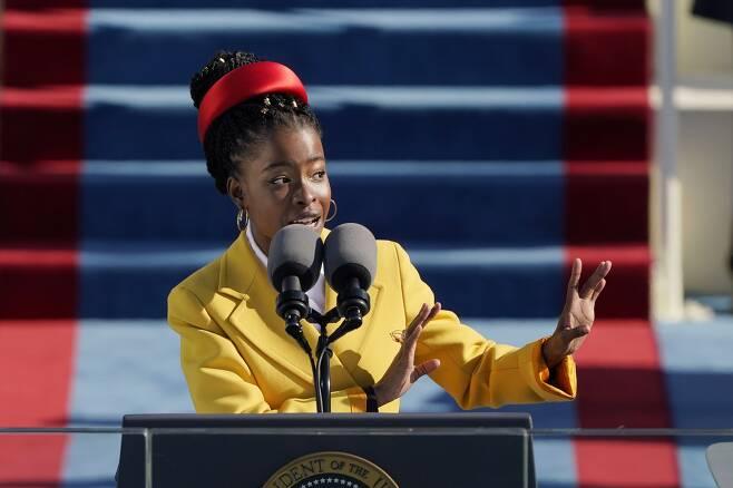 20일(현지 시각) 워싱턴DC에서 열린 조 바이든 대통령 취임식에서 청년 계관시인 어맨다 고먼이 시를 낭송하고 있다. 어맨다는 미국 대통령취임식에서 낭송한 역대 최연소 시인이다. /EPA 연합뉴스