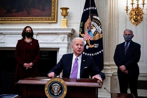 미 백악관에서 공식 업무를 시작한 조 바이든 대통령과 카밀라 해리스 부통령(왼쪽), 앤서니 파우치 국립알레르기 전염병 연구소장. /EPA·연합뉴스