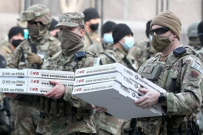 의사당 주변 주 방위군이 식사로 피자를 배급받고 있다. TASS=연합뉴스