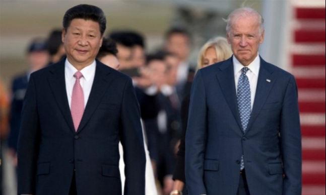 지난 2015년 9월 미국을 방문한 시진핑 중국 국가주석과 당시 부통령으로 재직 중이던 바이든 대통령이 메릴랜드주 앤드류스 공군기지에서 만난 모습. AP연합뉴스