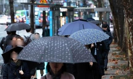 서울 시청역 인근에서 시민들이 우산을 쓰고 걷고 있는 모습. 뉴시스