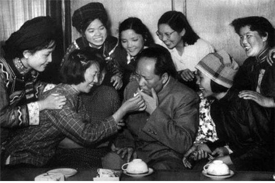 <1950년 많은 여성들에 둘러싸여 담뱃불을 붙이고 있는 모택동/ 공공부문>