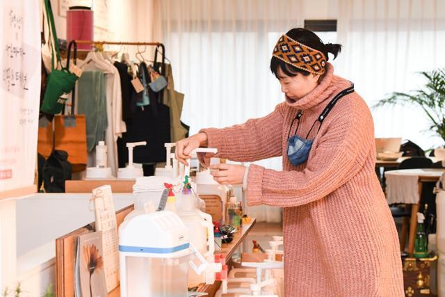 고금숙 알맹상점 대표가 지난 11일 서울 마포구 알맹상점에서 로션을 통에 덜어 담고 있다. 이한호 기자