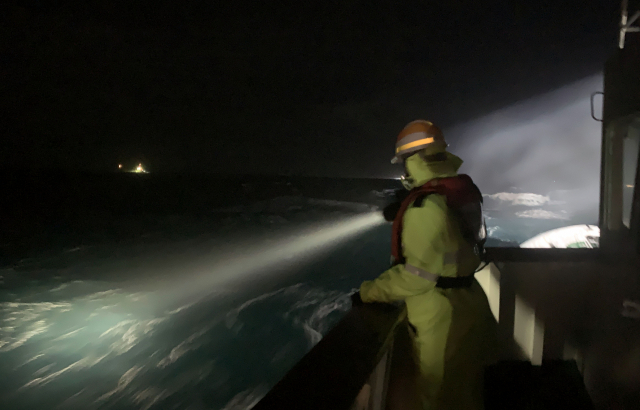 통영해양경찰이 23일 오후 경남 거제시 남부면 갈곶도 남동쪽 1.11㎞ 해상에서 침몰한 339t급 대형선망 어선인 127대양호 실종자에 대해 야간 수색 작업을 하고 있다. /사진=통영해양경찰서